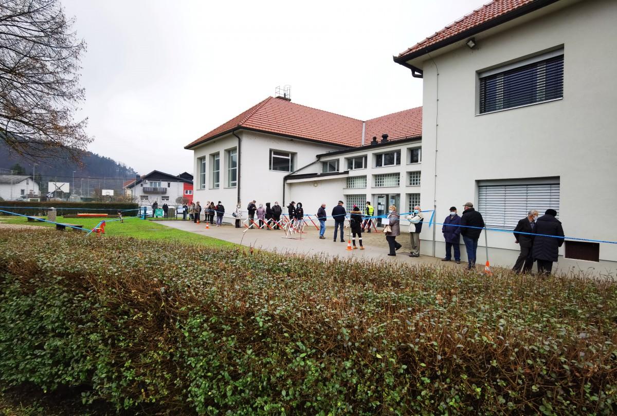 Množičen obisk prostovoljnega testiranja s hitrimi testi v Dolskem
