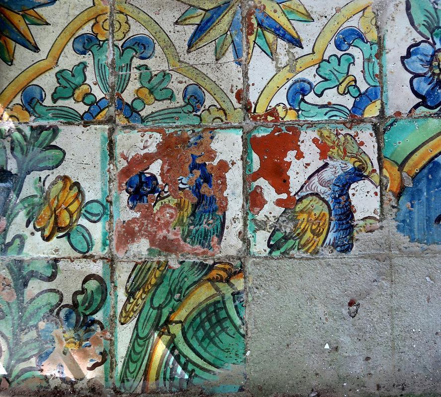 Fragmenti talnih ploščic v kapeli v Dolu. Foto: Simona Kermavnar